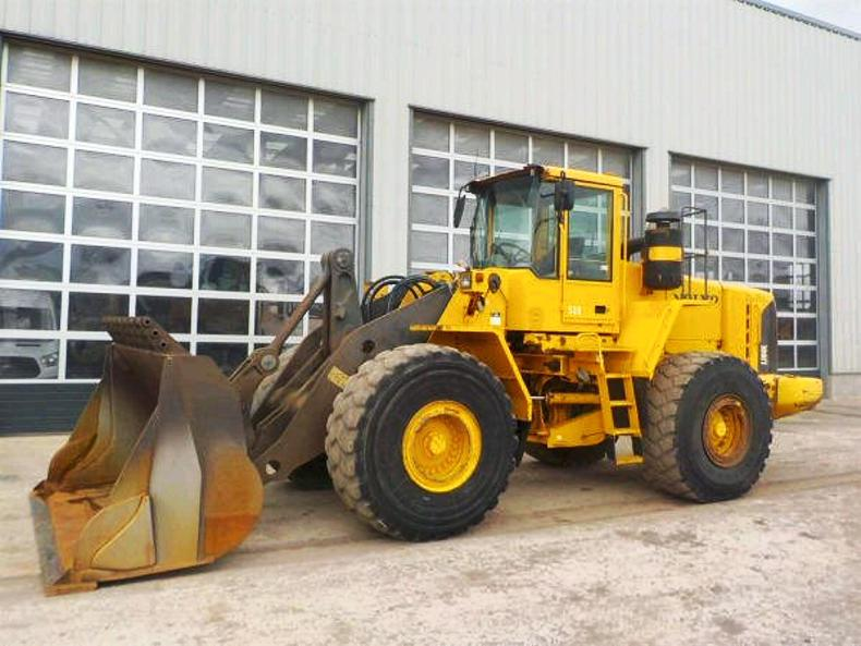 A 2005 Volvo L180E loading shovel with auto lube and reversing camera sold for £25,000 with 2,284 hours.