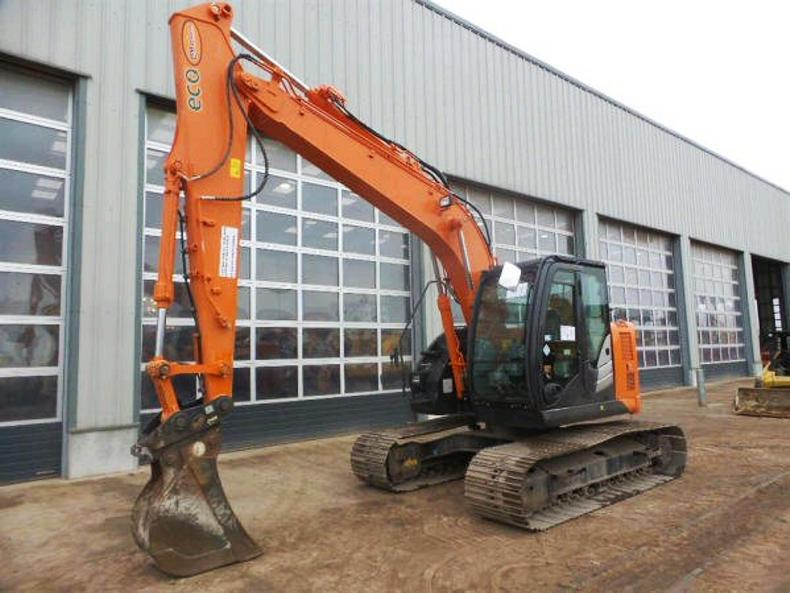 A 2013 Hitachi ZX 135 with 700mm pads, quick hitch and reversing camera sold for £43,000 with 5,127 hours.