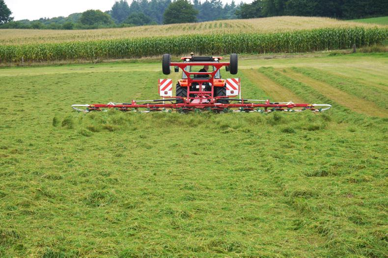 The trailed 8590 C Tedder is suitable for a smaller tractors.