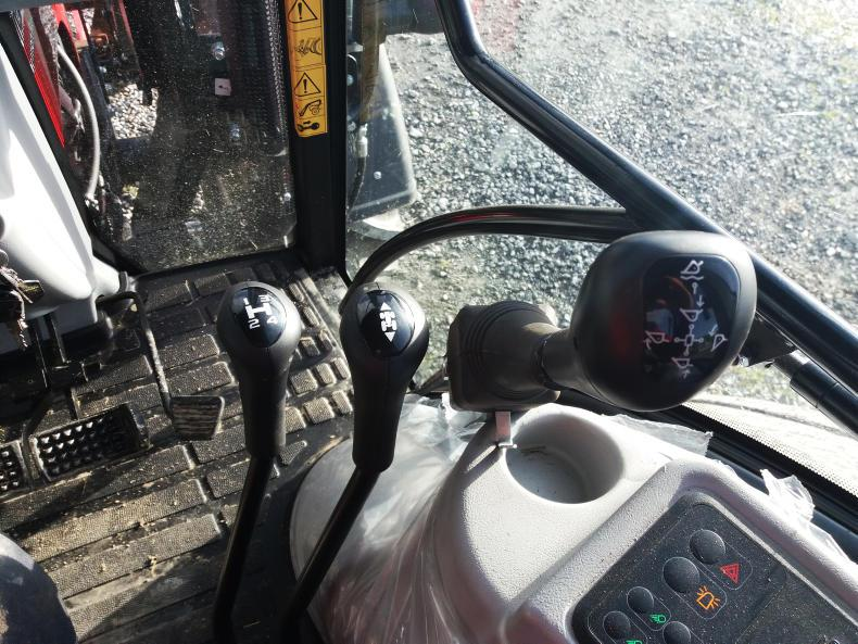 The 16 x 16 gearbox has a max speed of 39 km/h with mechanical shuttle. The Rossmore loader control lever is also fitted