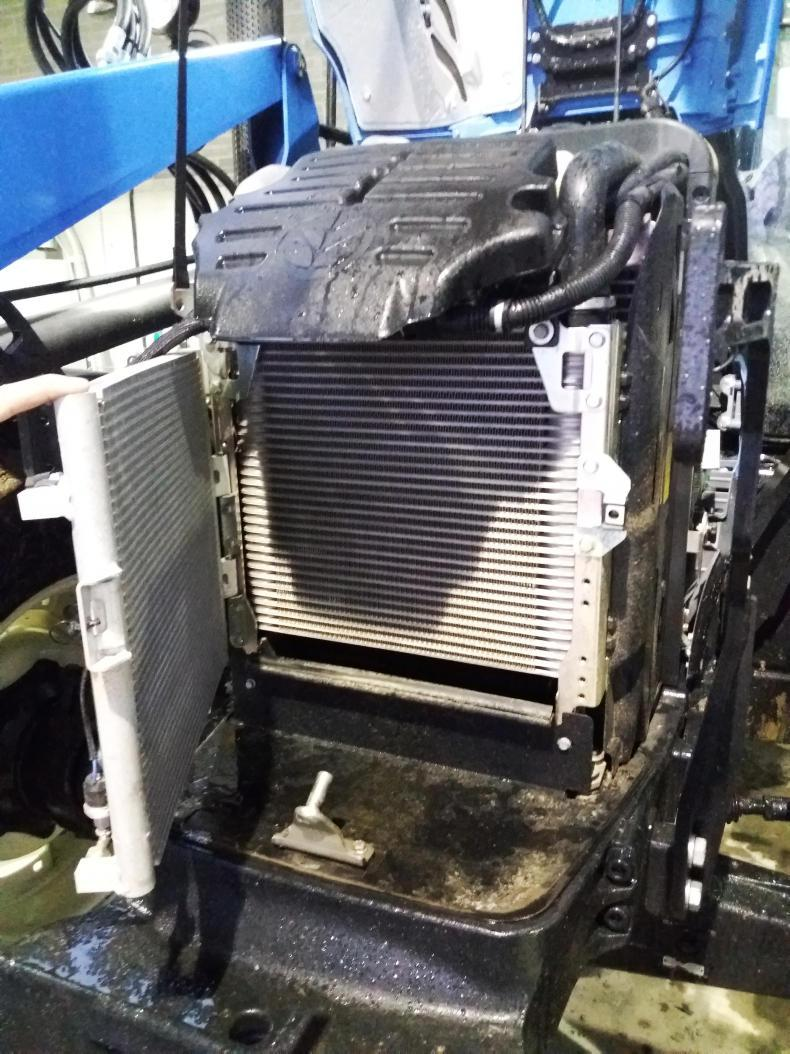 The cooling package was easily accessed with two removable plastic side panels reducing the amount of debris drawn into the radiator.